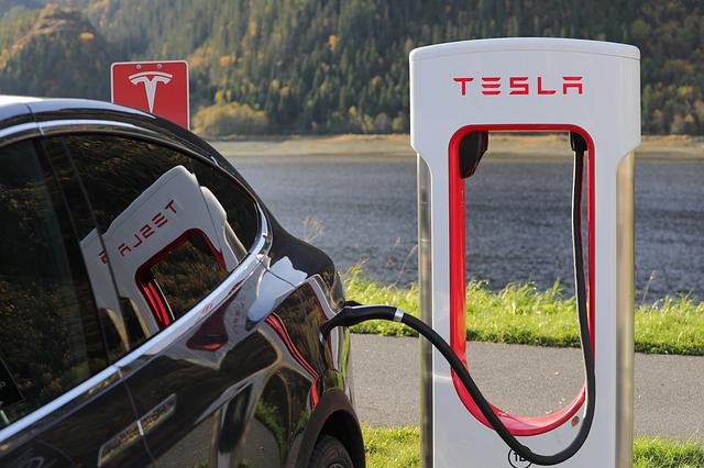 Tesla auto aan het opladen.